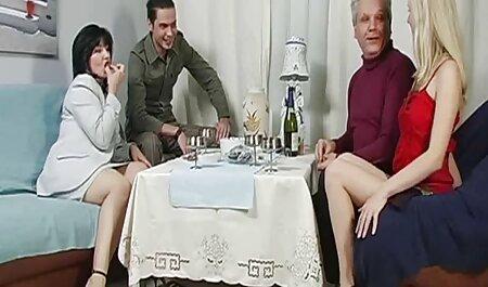 Grown man enseigne aux femmes adultes retro cartoon porno le sexe dans la chambre à coucher.